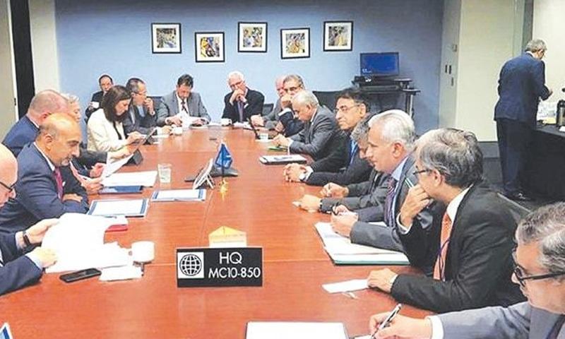 وزیر خزانہ اسد عمر نے عالمی بینک اور آئی ایم ایف کے ماہرین سے ملاقات کی تھی — فوٹو: اے پی پی