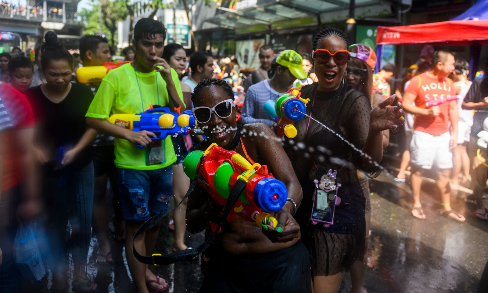 دنیا بھر سے سیاح تقریب میں شرکت کے لیے تھائی لینڈ پہنچتے ہیں—فوٹو: اے ایف پی