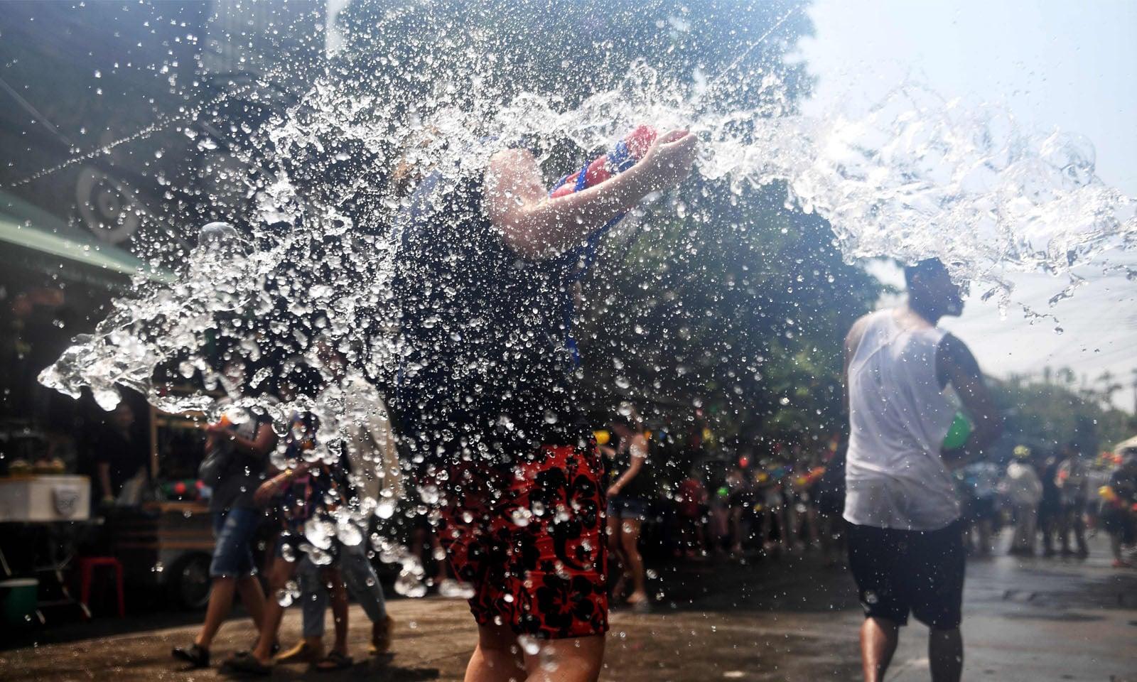 ایک دوسرے پر پانی پھینکنے سے کوئی ناراض نہیں ہوتا—فوٹو: اے ایف پی