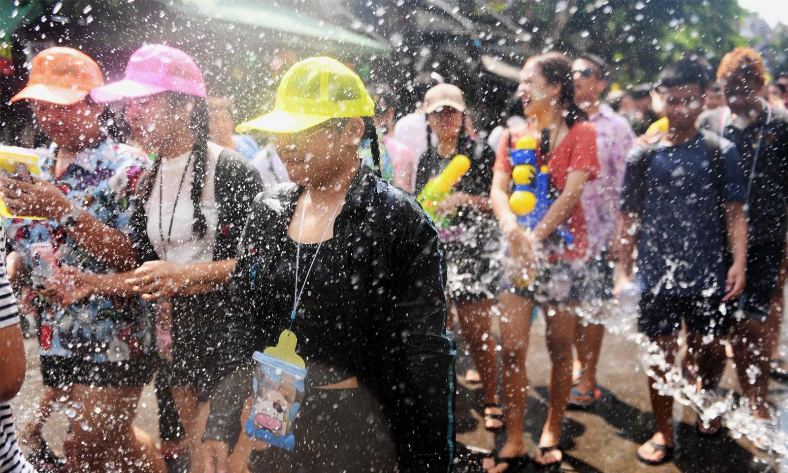 سونگ کران کی تقریب میں نوجوان بڑھ چڑھ کر حصہ لیتے ہیں—فوٹو: اے ایف پی