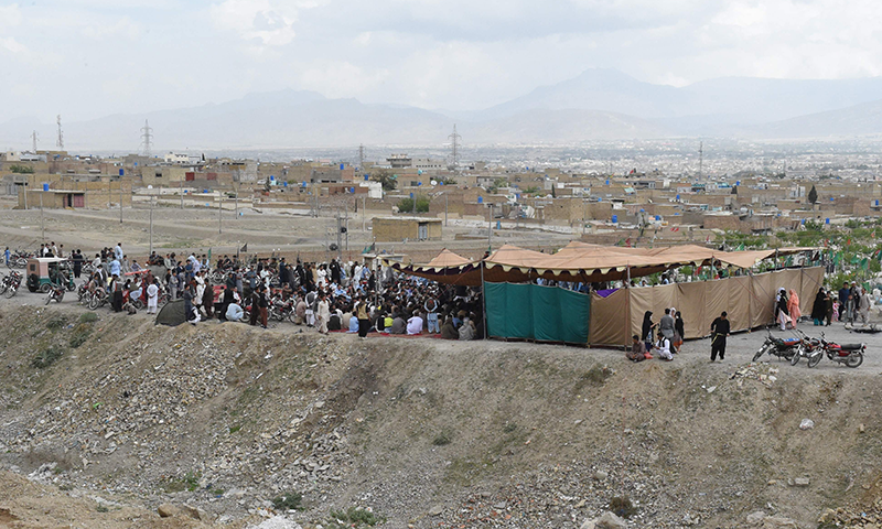 ہزارہ برادری کے دھرنے کا ایک منظر— فوٹو: اے ایف پی