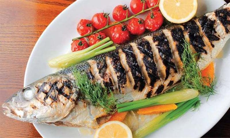 لکڑی کی سیخوں میں پروئی ہوئی سرمئی مچھلی پر زیتون کا تیل اور لہسن لگایا جاتا ہے، جسے برف سے بھرے کول باکس میں ڈالا جاتا ہے