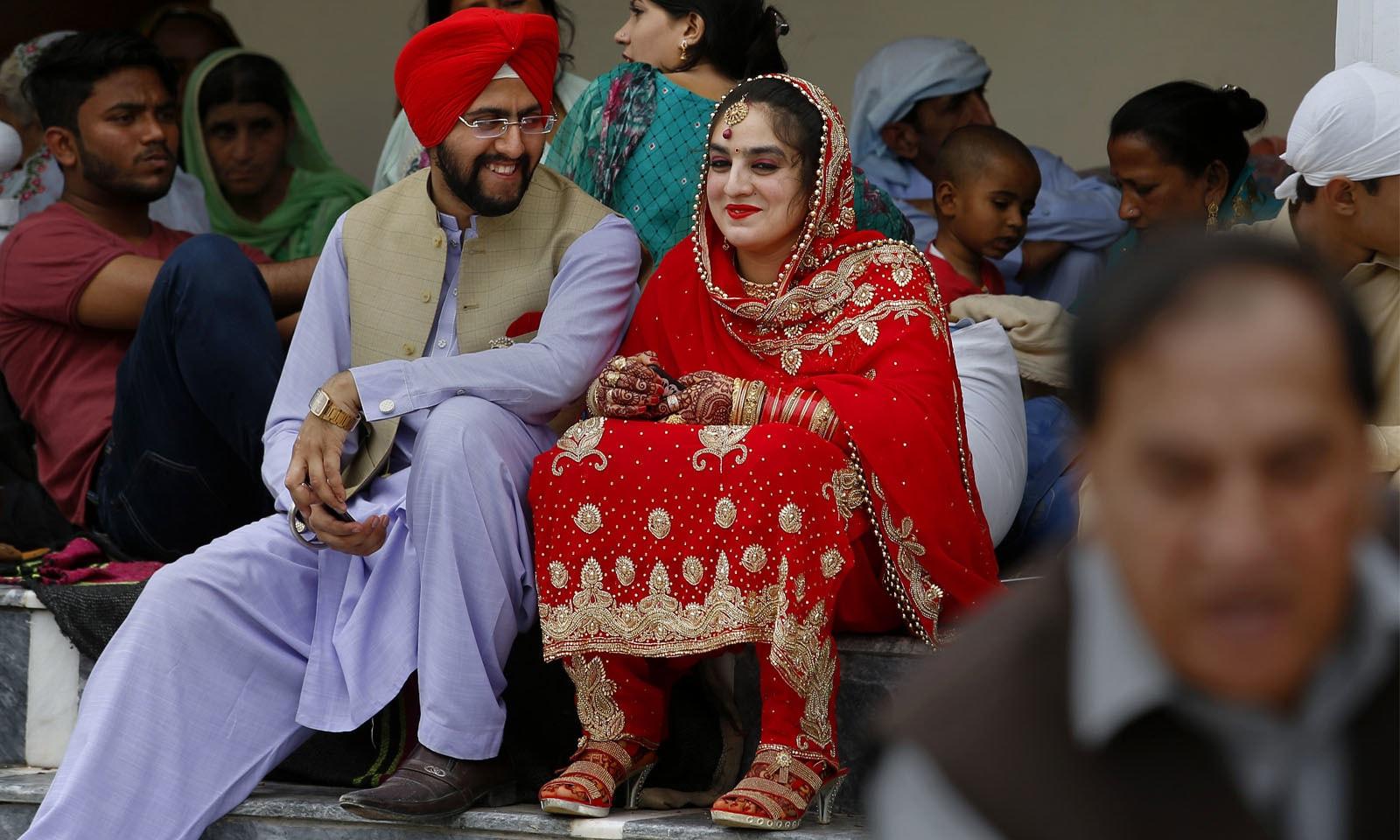 بیسا کھی کے تہوار حوالے سے پنجاب بھر کے شہروں میں میلے منائے جاتے ہیں اور ہر کوئی اپنی عقیدت کا اظہار مختلف طریقوں سے کرتا ہے۔—فوٹو: اے پی