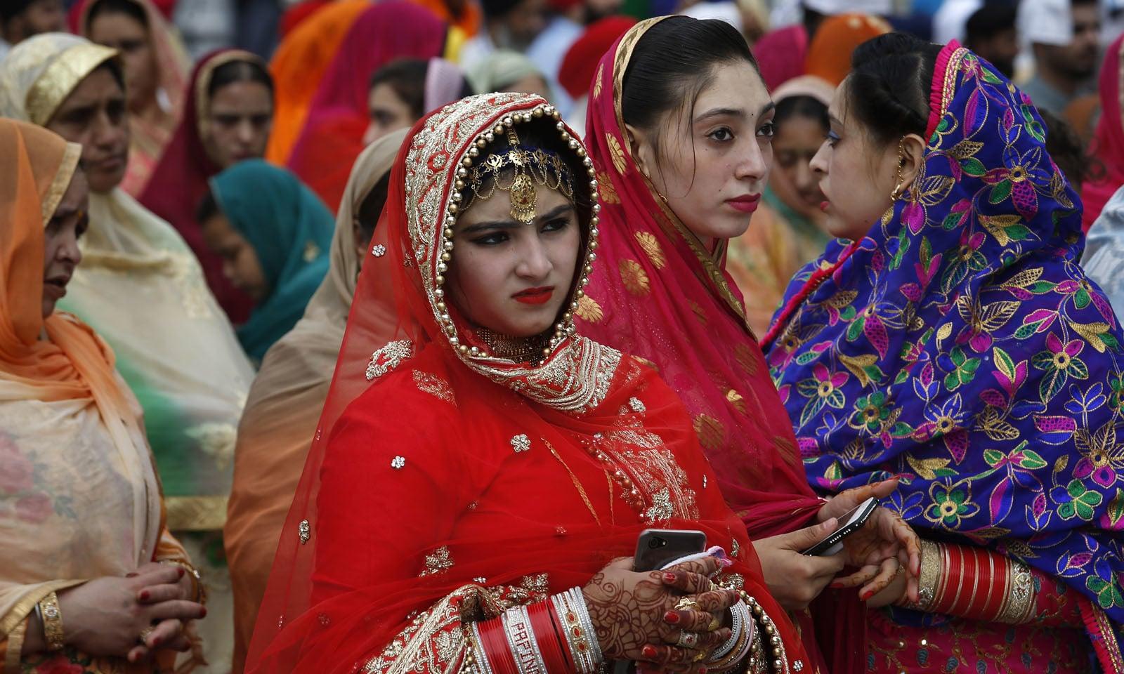 سکھ مذہب کے لوگ بیساکھی کے دن گردواروں میں جمع ہو کر مذہبی عبادت کرتے ہیں، اس دن پیلے رنگ کو خاص اہمیت حاصل ہوتی ہے—فوٹو: اے پی