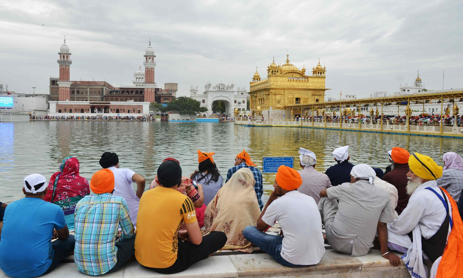سکھ اس تہوار کے حوالہ سے مذہبی رسومات ادا کرنے کے لیے ہر سال ہندوستان اور دُنیا بھر سے پاکستان آتے ہیں اور اس سال بھی سکھ مذہب کی تین چار سویں خالصہ جنم دن (بیساکھی) کی تقریبات میں شرکت کےلۓ گوردوارہ پنجہ صاحب حسن ابدال میں موجود ہیں—فوٹو: اے پی