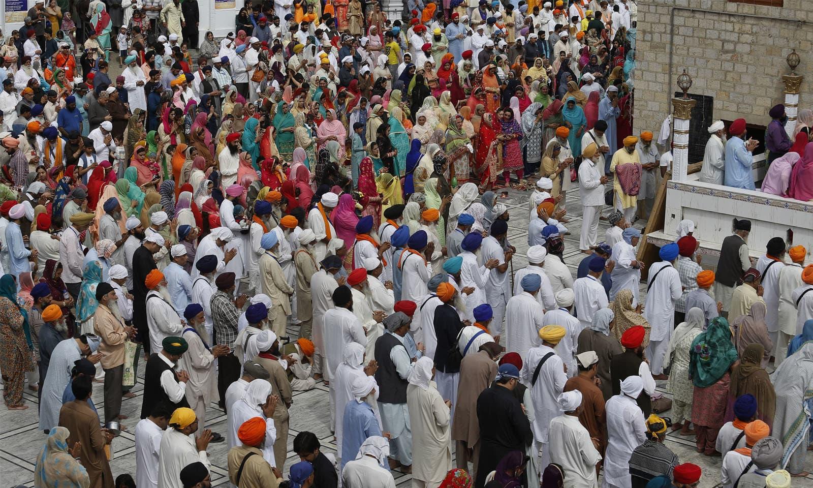بیساکھی کا تہوار سکھوں کے لیے مذہبی اعتبار سے انتہائی اہمیت کا حامل ہے، اس دن ان کے دسویں گرو (گروگوبند سنگھ) نے پانچ پیاروں کا امتحان لے کر سکھ مذہب میں ذات پات کے تصّور کو ختم کیا تھا—فوٹو: اے پی