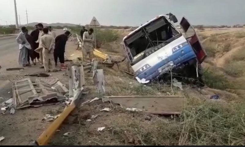 کراچی کوئٹہ ہائے وے پر مسافر بس کو حادثہ پیش آیا — فوٹو: اسماعیل ساسولی