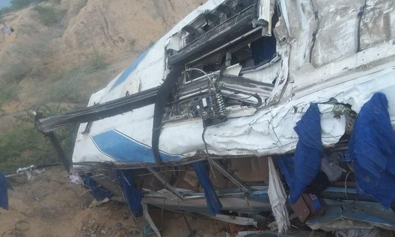 متاثرہ مسافر بس کوئٹہ سے کراچی آرہی تھی — فوٹو: اسماعیل ساسولی