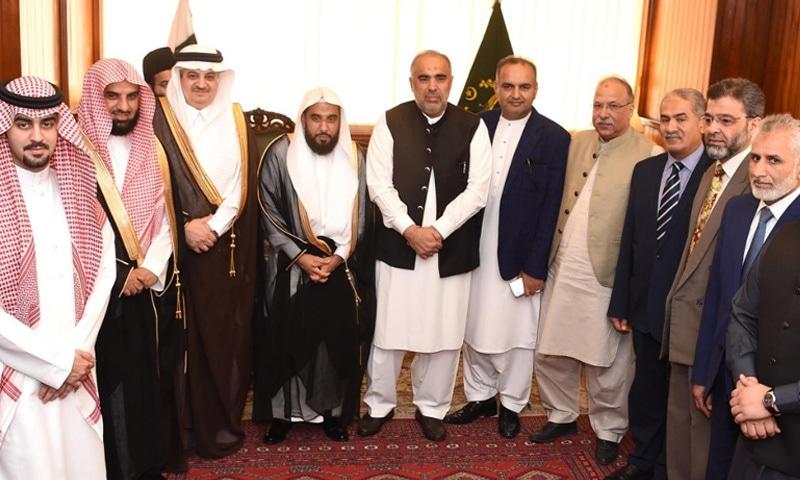 امام کعبہ نے وفد کے ہمراہ قومی اسمبلی کے اسپیکر و دیگر سے ملاقات بھی کیں — فوٹو: قومی اسمبلی
