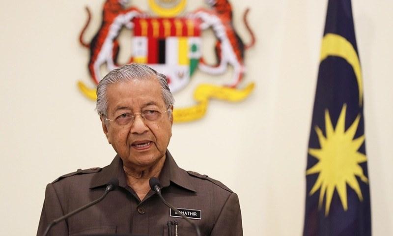 ملیشیا کے وزیر اعظم مہاتیر محمد پریس کانفرنس کر رہے ہیں — فوٹو: اے پی
