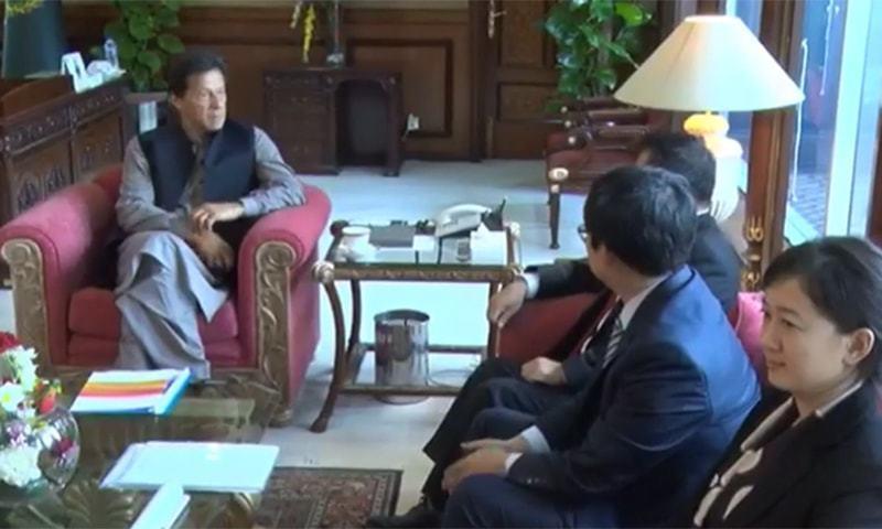 وزیراعظم سے چینی وفد کی ملاقات کے دوران دیگر وزرا بھی موجود تھے — فوٹو: ریڈیو پاکستان