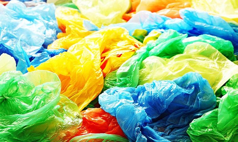 پلاسٹک بیگ ماحول کے ساتھ ساتھ انسانی صحت کے لیے بھی نقصان دہ ہیں — فوٹو:شٹر اسٹاف