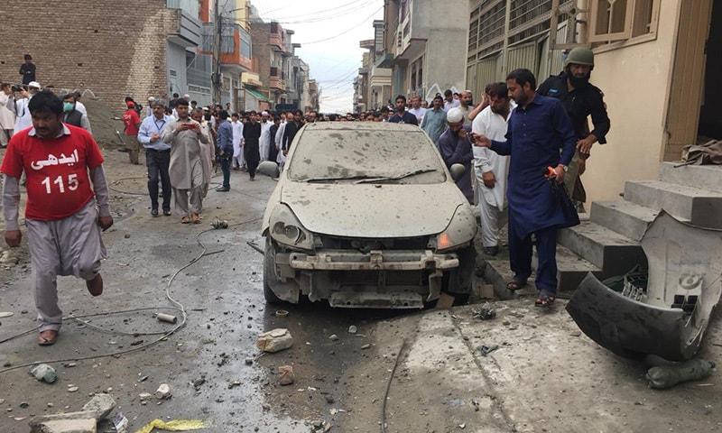 آپریشن کے دوران ایک گاڑی بھی تباہ ہوئی—فوٹو: سراج الدین