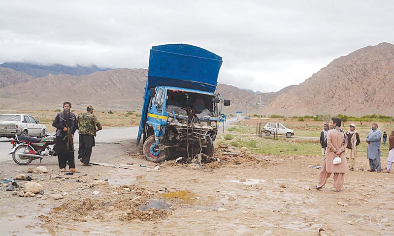 QUETTA: Security personnel guard a truck after its collision with a Qila Abdullah-bound wagon that left 11 members of a family dead and nine others injured in the Mastung area on Tuesday.—PPI