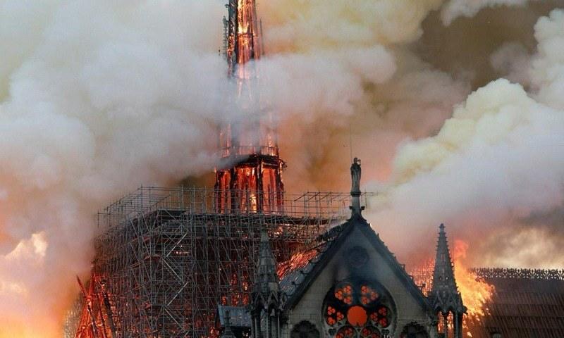 اس عمارت سے بلند ہوتے شعلے یہ سوال پوچھ رہے تھے کہ اب اس شہر اور اس گرجے کا مستقبل کیا ہوگا؟—فوٹو: رائٹرز