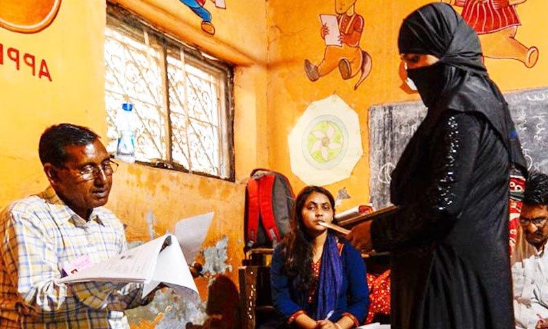 بھارت میں ووٹرز کا شناختی کارڈ اور فہرست میں نام دیکھنے کے بعد انہیں ووٹ کاسٹ کی اجازت دی جاتی ہے—فوٹو: انڈیا ٹوڈے