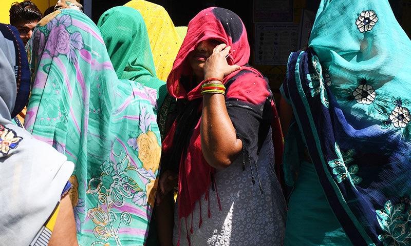 ہندو مذہب کے پیروکار کچھ قبیلوں کی خواتین بھی سخت پردہ کرتی ہیں، تاہم وہ برقع نہیں پہنتیں—فوٹو: اے ایف پی