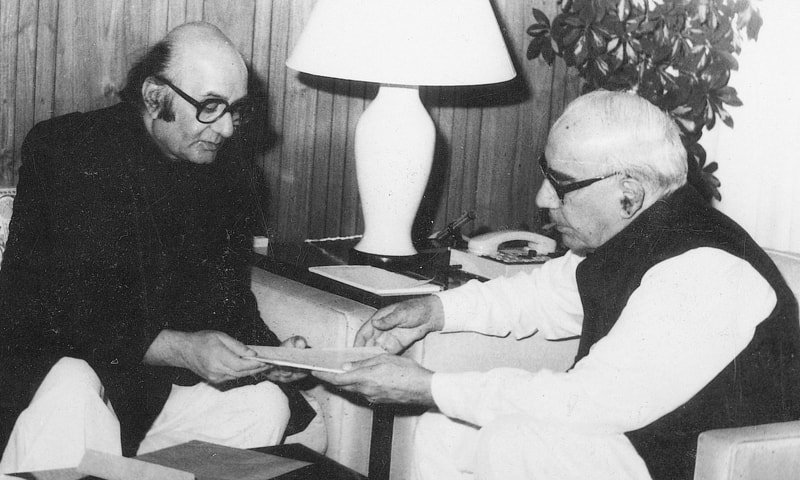 Dr Jameel Jalibi presenting his research report to then president Ghulam Ishaq Khan on the system of education in Pakistan on April 4, 1989.—White Star Archive