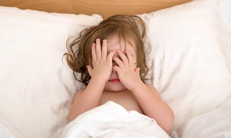 رات کے خواب ایک ایسا پہلو ہے جو بچوں اور والدین دونوں کو ہی پریشان اور بے بس کردیتے ہیں—شٹر اسٹاک