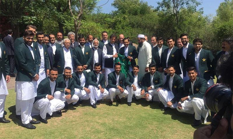 قومی ٹیم کے کپتان سرفراز احمد وزیر اعظم عمران خان کو قومی ٹیم کی کٹ پیش کر رہے ہیں— فوٹو بشکریہ پی سی بی
