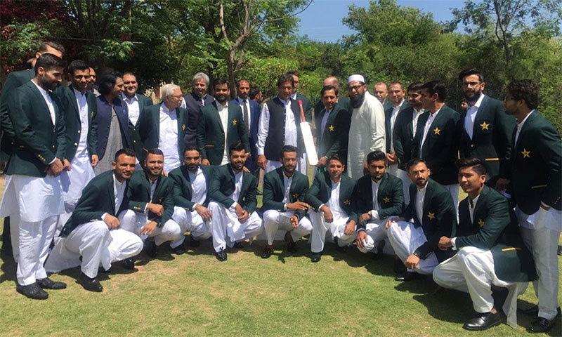 سرفراز احمد عمران خان کو بلا پیش کر رہے ہیں— فوٹو: بشکریہ پی سی بی