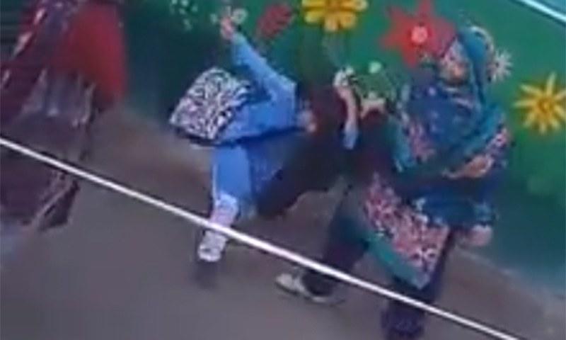 دو اساتذہ کا یونیفارم پہنی بچی پر تشدد کی ویڈیو وائرل ہونے کے بعد کارروائی عمل میں آئی — فوٹو: اسکرین شاٹ