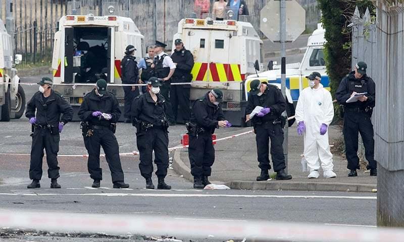 پولیس افسران نے موقع واردات سے شواہد اکھٹا کیے — فوٹو: اے ایف پی