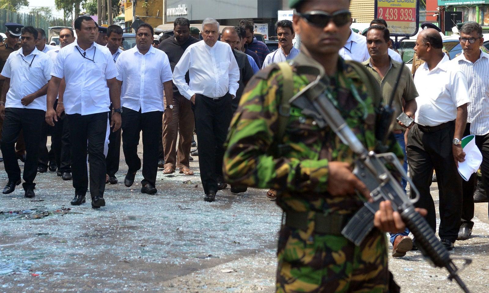 سری لنکا کے وزیراعظم رانیل وکرم سنگھے  نے جائے حادثہ کا دورہ کیا — فوٹو: اے ایف پی