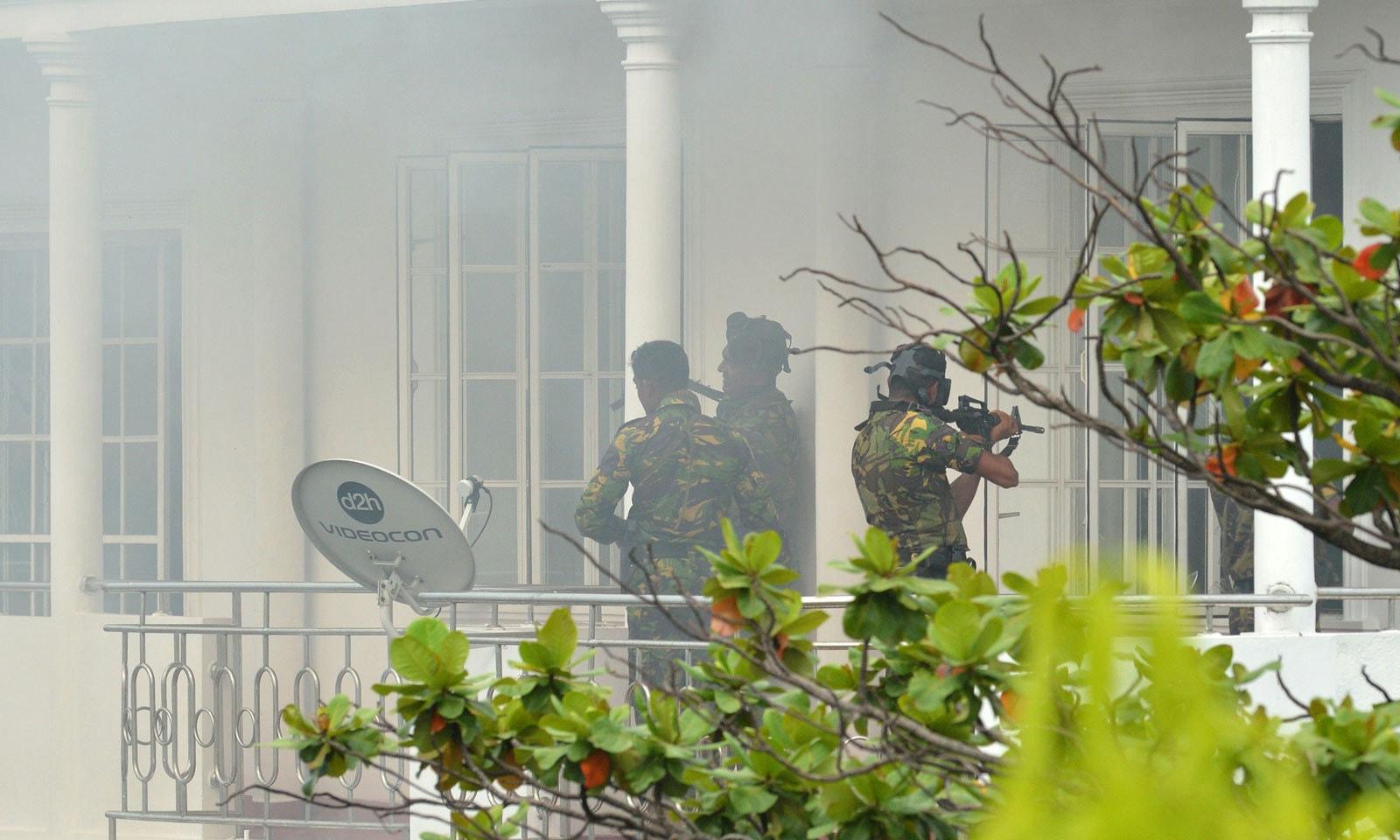 سری لنکا میں مختصر وقت کے لیے کرفیو نافذ کردیا گیا ہے — فوٹو: اے ایف پی