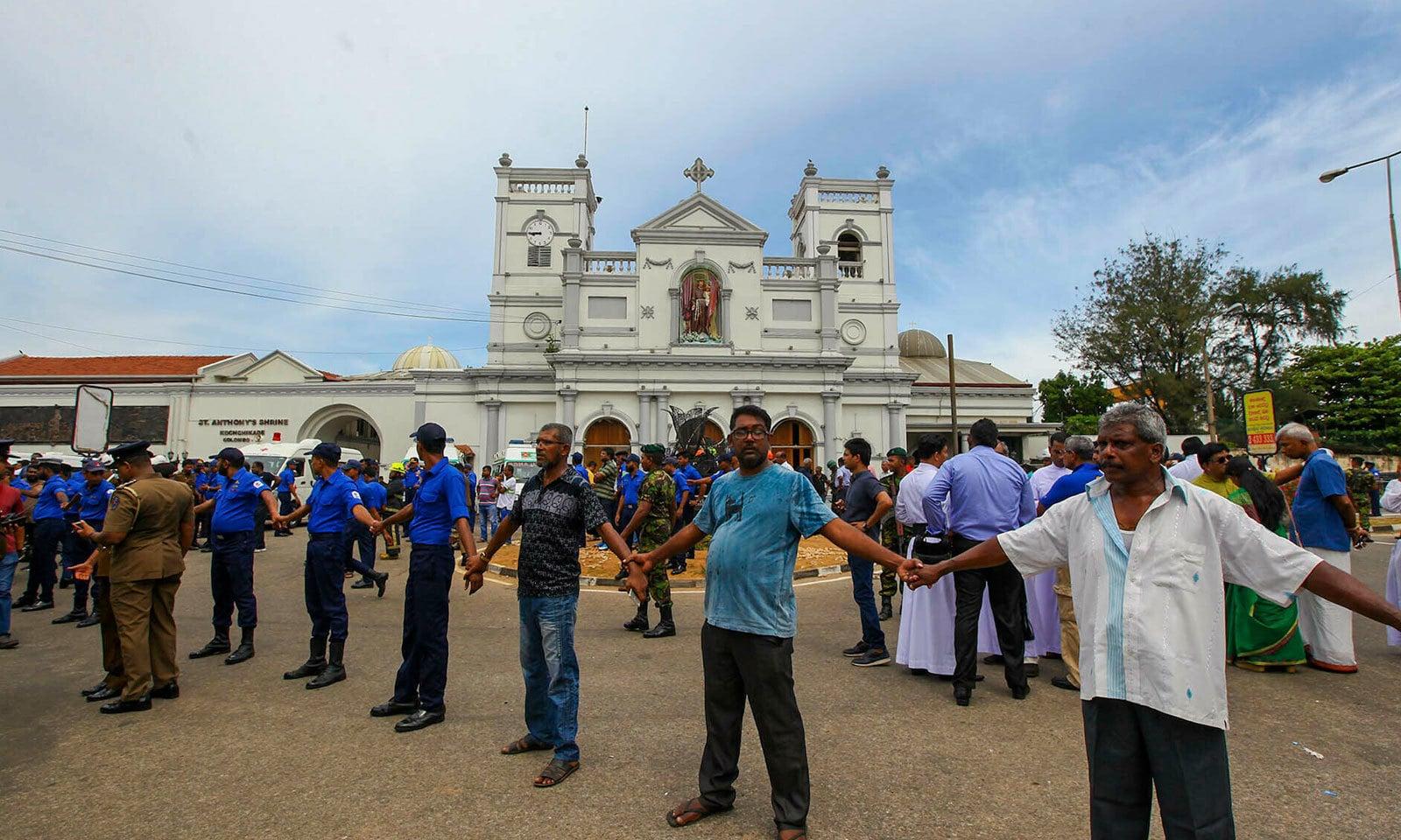 سری لنکا میں عارضی طور پر سوشل میڈیا پر پابندی عائد کردی گئی— فوٹو: اے پی