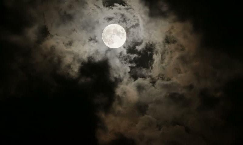 پورے چاند کی رات کیا واقعی انسانوں پر اثرات مرتب کرتی ہے — شٹر اسٹاک فوٹو