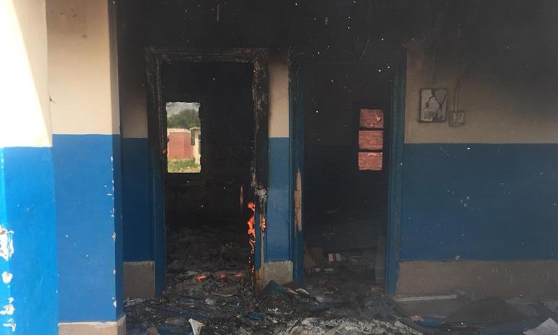مشتعل افراد نے صحت مرکز میں آگ لگادی—فوٹو:عارف حیات