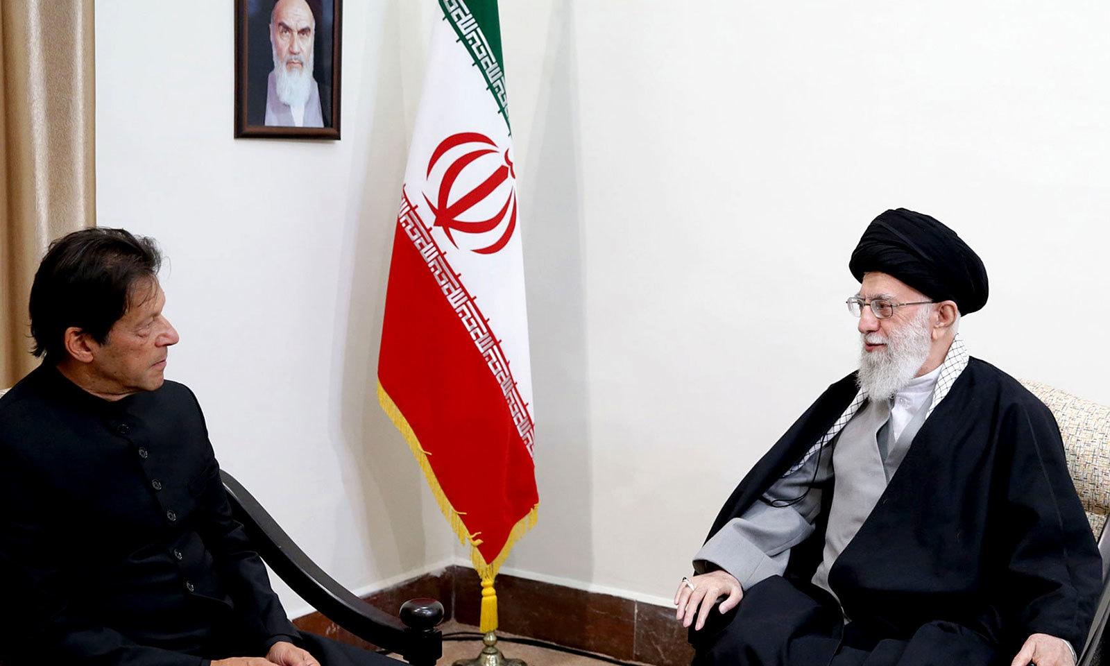 وزیراعظم عمران خان نے دو روزہ دورے میں ایرانی سپریم لیڈر آیت اللہ خامنہ ای سے بھی ملاقات کی—فوٹو: اے ایف پی