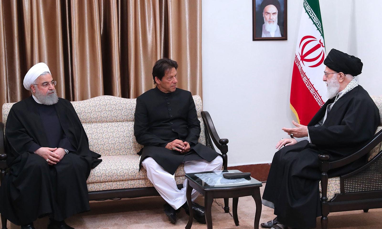سپریم لیڈر آیت اللہ علی خامنہ ای سے ملاقات کےدوران ایرانی صدر بھی موجود تھے—فوٹو: اے ایف پی