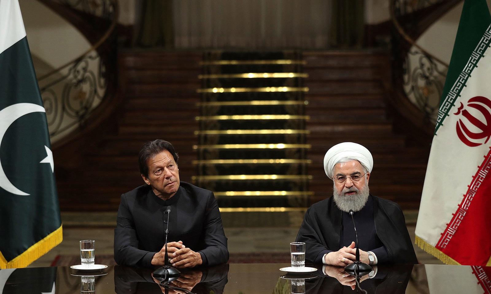 وزیر اعظم عمران خان اور ایرانی صدر حسن روحانی نے ملاقات کے بعد مشترکہ پریس کانفرنس کی—فوٹو:اے پی