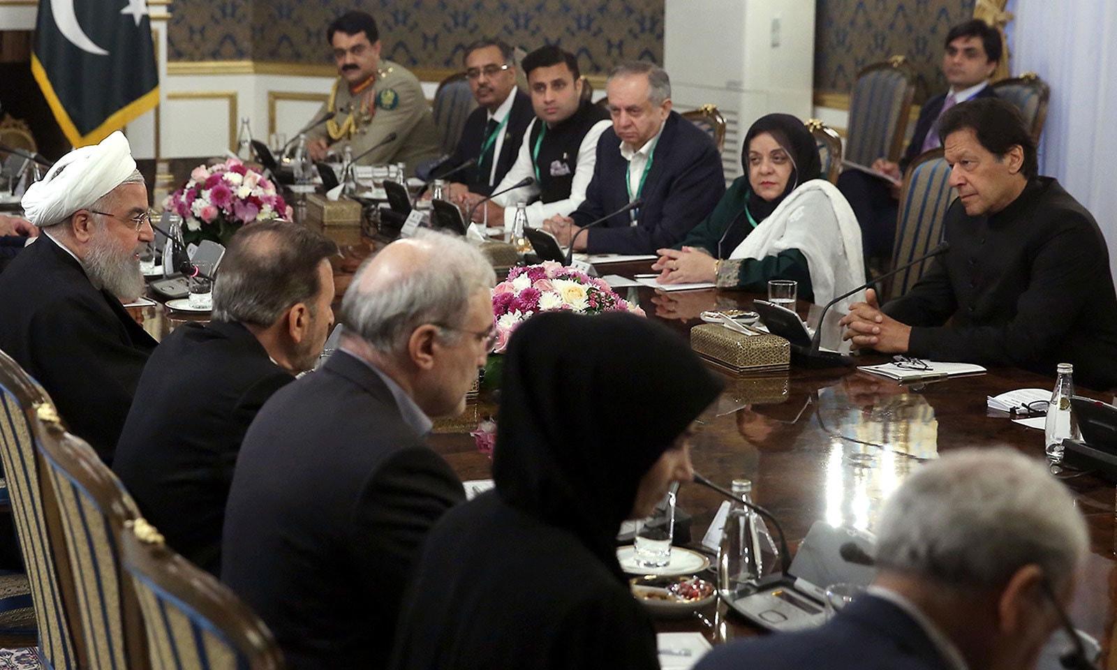 وزیراعظم عمران خان اور ایرانی صدر حسن روحانی کی سربراہی میں دونوں ممالک کے وفود کی ملاقات ہوئی—فوٹو: اے ایف پی