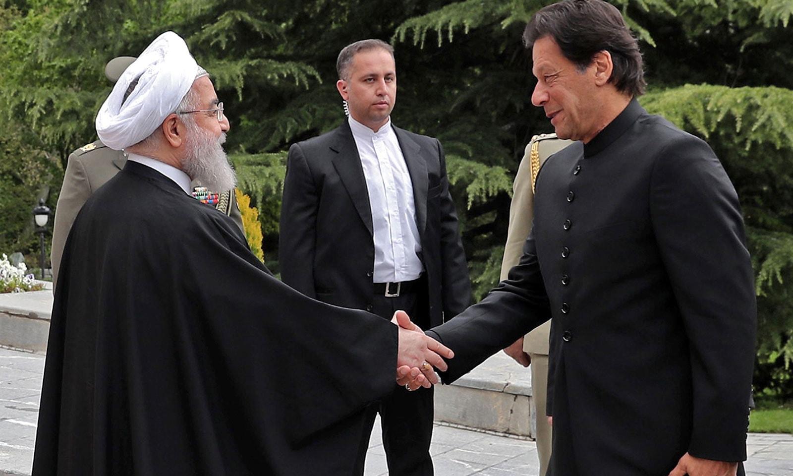 ایرانی صدر کی جانب سے 8-    حسن روحانی نے تہران پہنچنے پر وزیراعظم عمران خان کا استقبال کیا—فوٹو: اے ایف پی