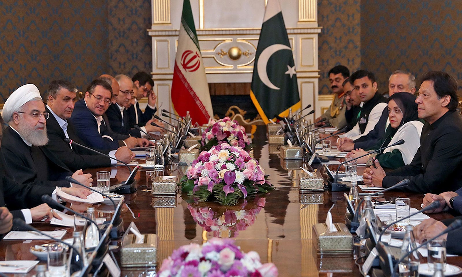 ایران اور پاکستان کی قیادت کے پاکستانی وفد میں انسانی حقوق کی وفاقی وزیر شیریں مزاریں سمیت دیگر شامل تھے—فوٹو: اے ایف پی