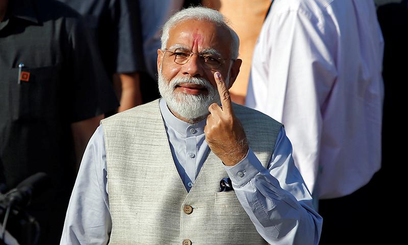 انتخابات کے تیسرے مرحلے کے دوران بھارتی وزیراعظم نریندر مودی نے ووٹ کاسٹ کیا — فوٹو: رائٹرز