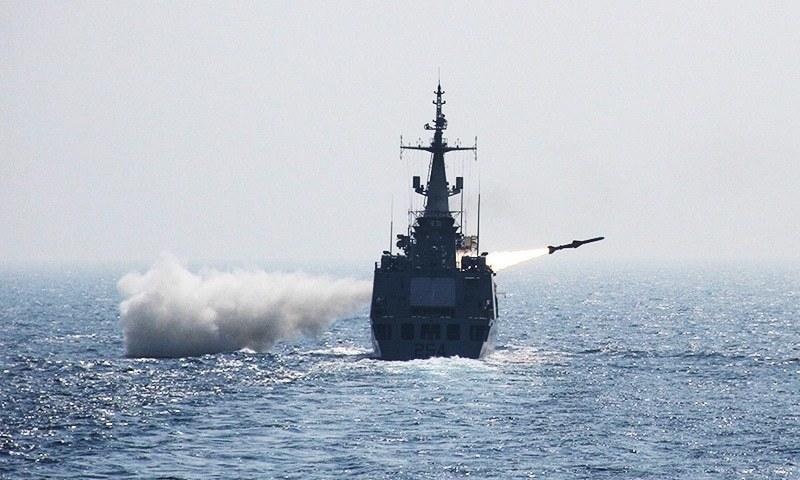 پاک بحریہ کے فاسٹ اٹیک کرافٹ نے سطح سمندر سے زمین پر مزائل فائر کیا — فائل فوٹو/نیوی پی آر