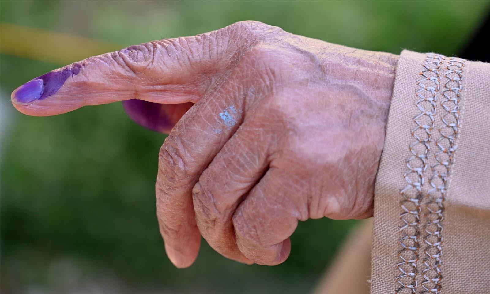 جنوبی سری نگر میں ایک خاتون بزرگ ووٹ کاسٹ کرنے کی نشانی دکھارہی ہیں —فوٹو/ اے ایف پی