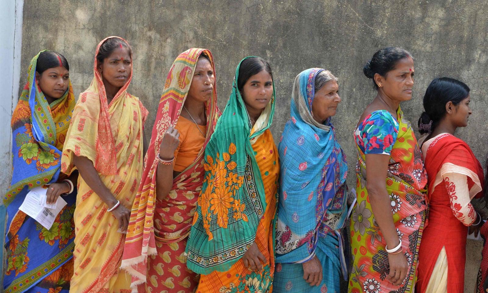 مالڈا میں خواتین ووٹ ڈالنے کے لیے اپنی باری کا انتظار کررہی ہیں —فوٹو/ اے ایف پی