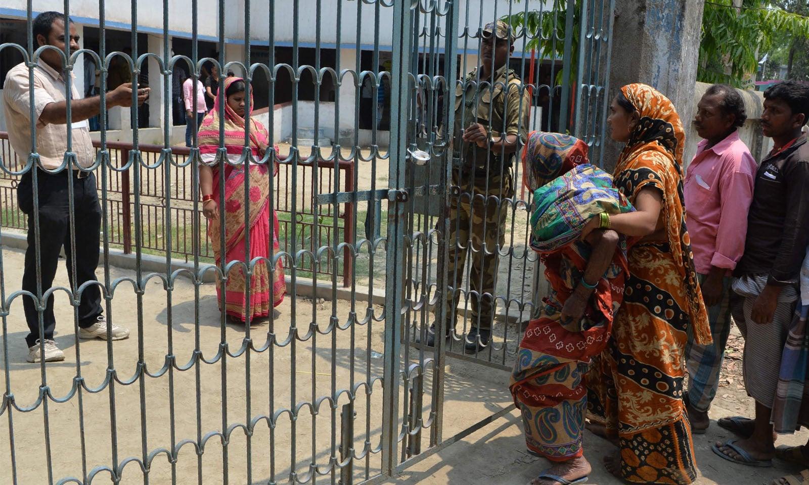 مالڈا کے پولنگ اسٹیشن پر صعیف خاتون بھی ووٹ ڈالنے آئیں—فوٹو/ اے ایف پی