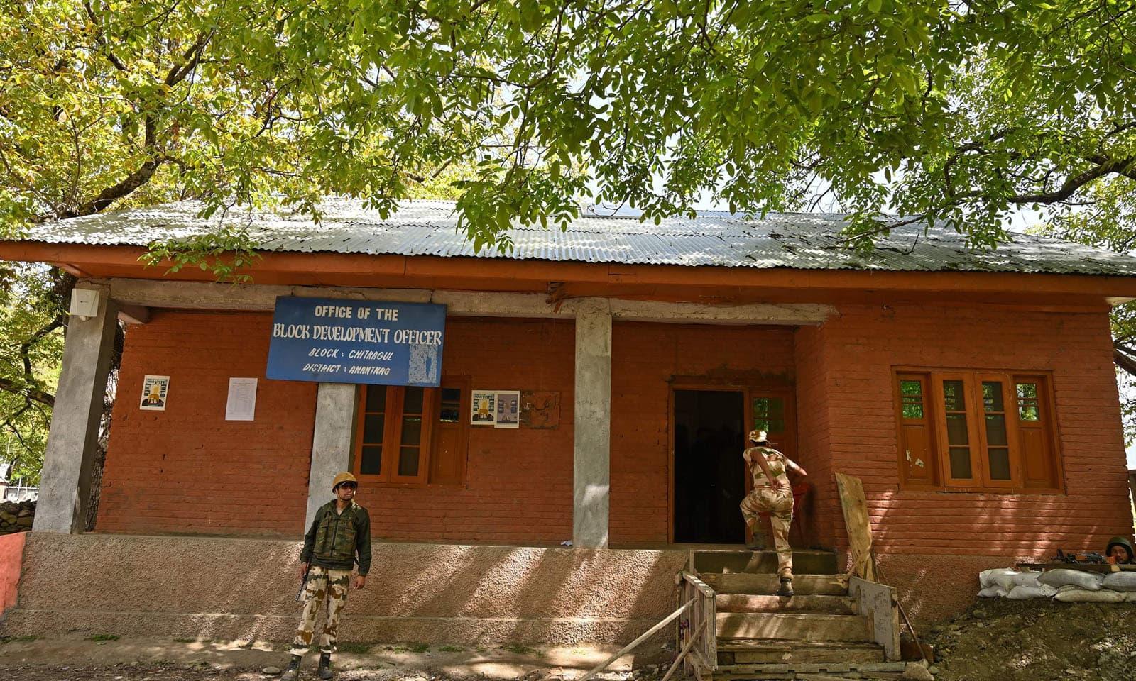 جنوبی سری نگر میں پولنگ اسٹیشن کو سخت سیکیورٹی کے ساتھ ووٹنگ کے لیے کھول دیا گیا —فوٹو/ اے ایف پی