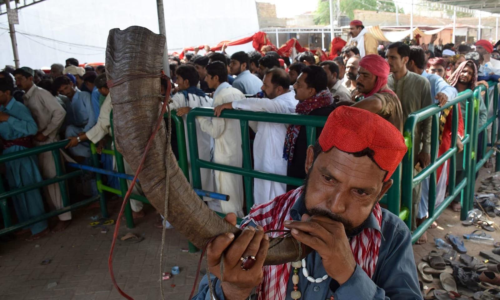 زائرین کی بڑی تعداد نے تقریبات میں شرکت کی—فوٹو: اے پی پی