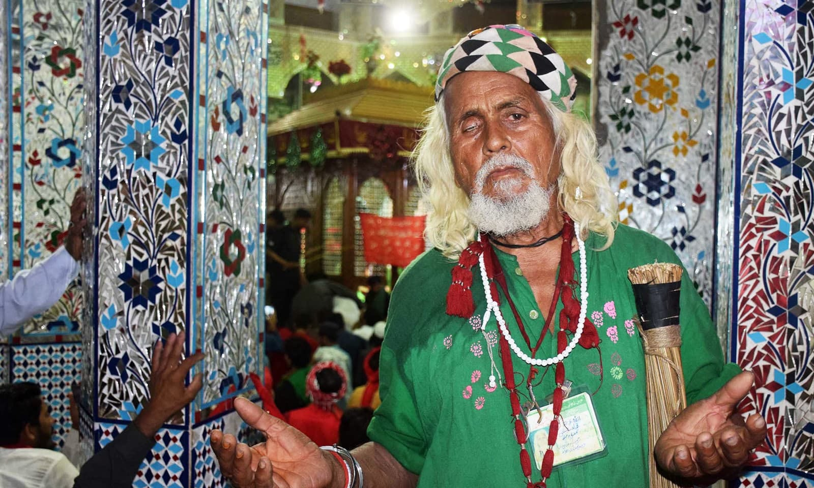 ایک بزرگ مزار کے اندورنی احاطے میں دعا گو ہیں —فوٹو: اے پی پی