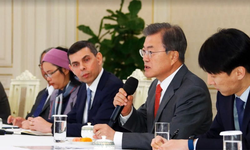 South Korean President Moon Jae-In addresses senior editors of the Asia News Network on the eve of the network's 20th anniversary in Seoul on April 25. ─  Photo courtesy Cheong Wa Dae/Blue  House