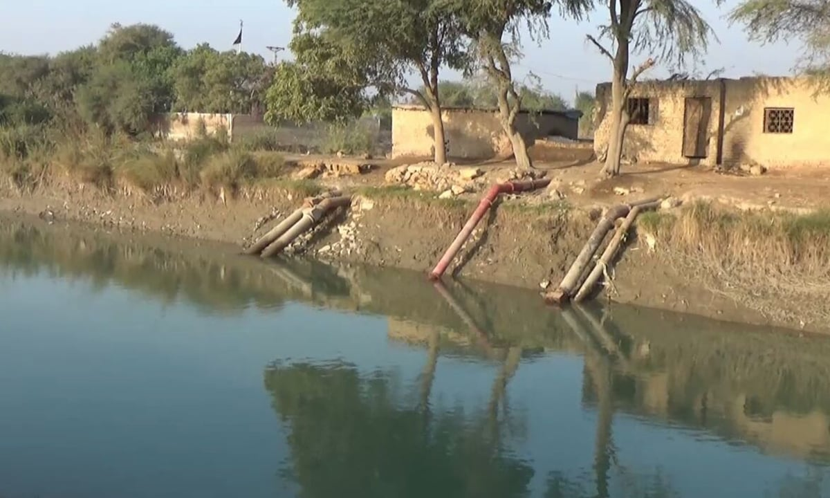 Farmers in Tando Muhammad Khan using illegal pumps to steal water from Akram Canal | Photos by Moosa Kaleem