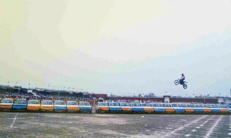 سلطان محمد نے 1987 میں 22 کاروں کے اوپر موٹر سائیکل کا جمپ لگانے کا ریکارڈ قائم کیا تھا—فائل فوٹو: ڈان