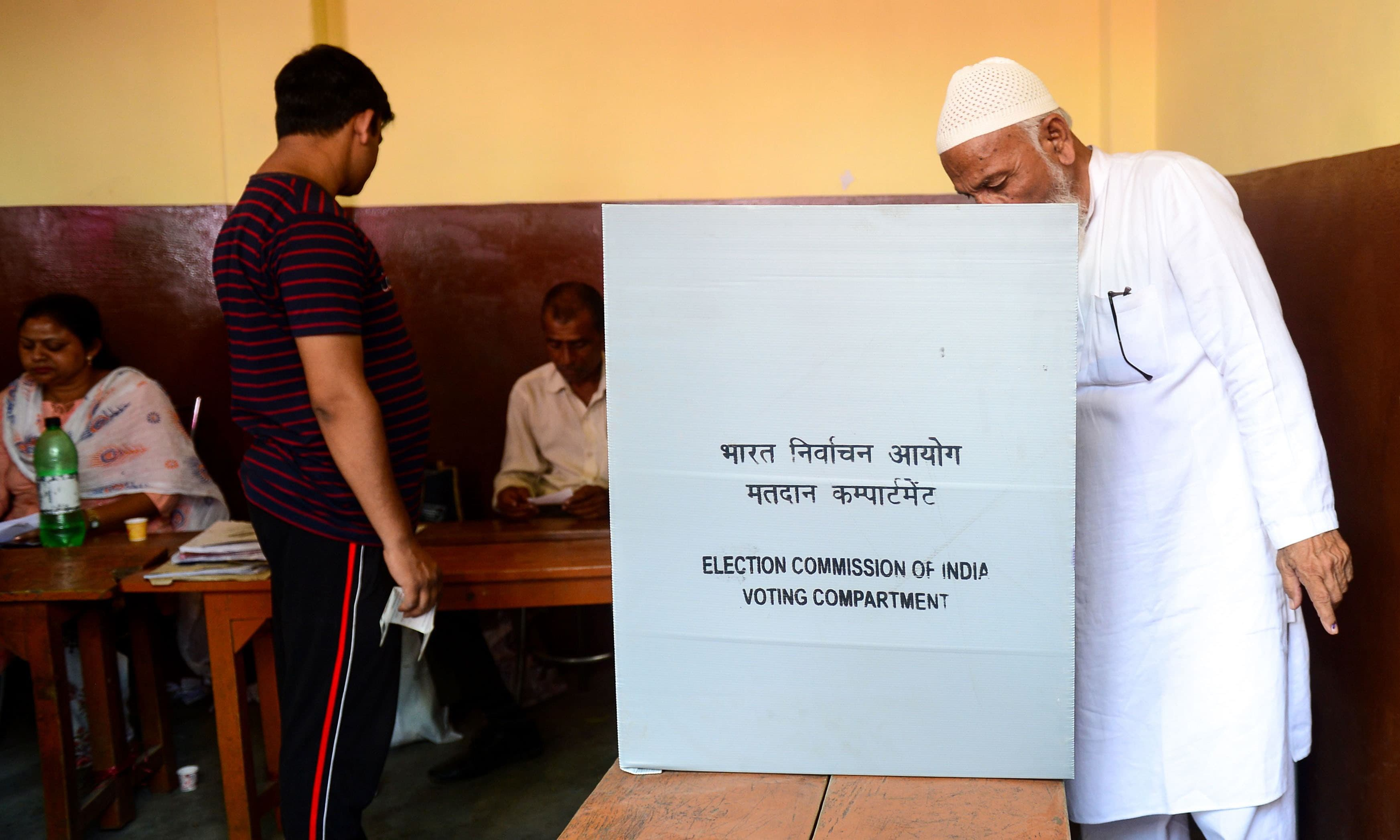 کانپور کے ایک پولنگ اسٹیشن میں لوگ ووٹ ڈالنے پہنچے —فوٹو/ اے ایف پی